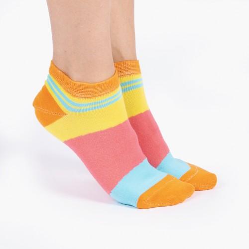 Цветные носки с яркими линиями